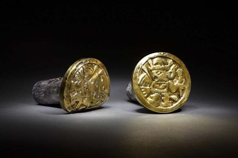 Aceste podoabe descoperite în mormântul unei femei Wari sunt inscripţionate cu desene ce înfăţişează fiinţe înaripate