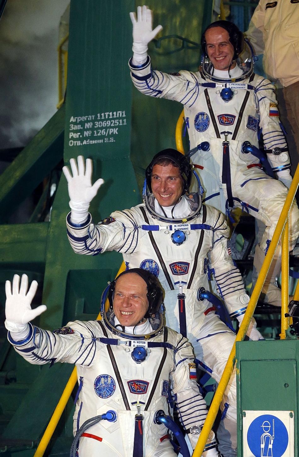 Michael Hopkins, Oleg Kotov şi Sergei Ryazansky, la plecarea în spaţiu