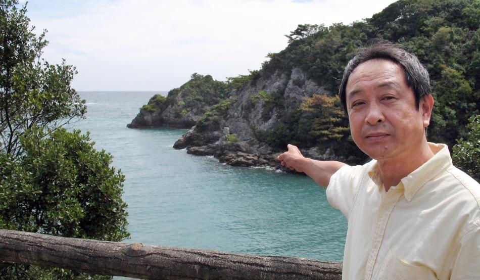 Hisato Ryono indicând spre locul unde sunt ucise animalele