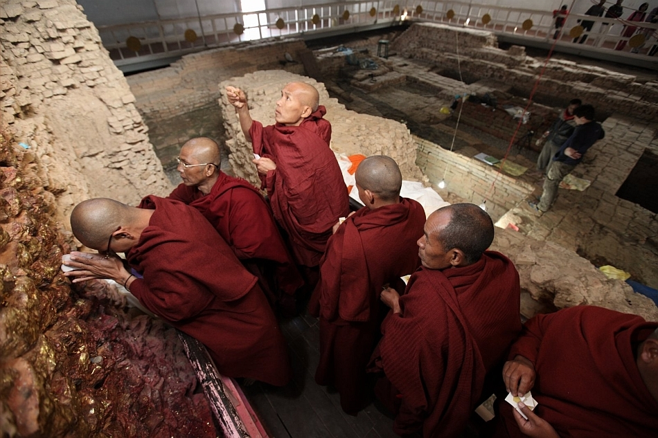 Călugări budişti se roagă la templul Maya Devi din Lumbini, Nepal