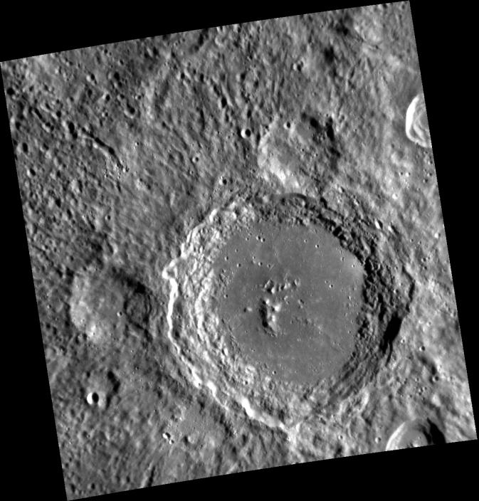 Craterul Lennon de pe Mercur, fotografiat de pe naveta MESSENGER