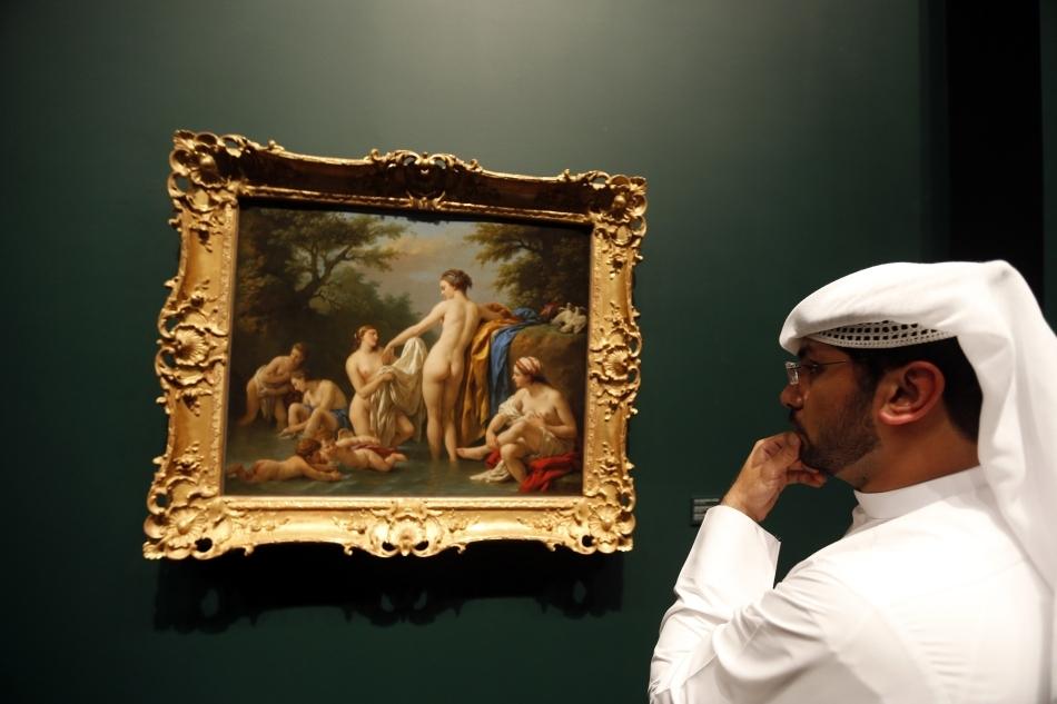 """Un vizitator admiră """"Venus şi nimfele îmbăindu-se"""", de t Louis Jean-Francois Lagrenee, unul din cele 130 de opere de artă de la Muzeul Luvru Abu Dhabi"""