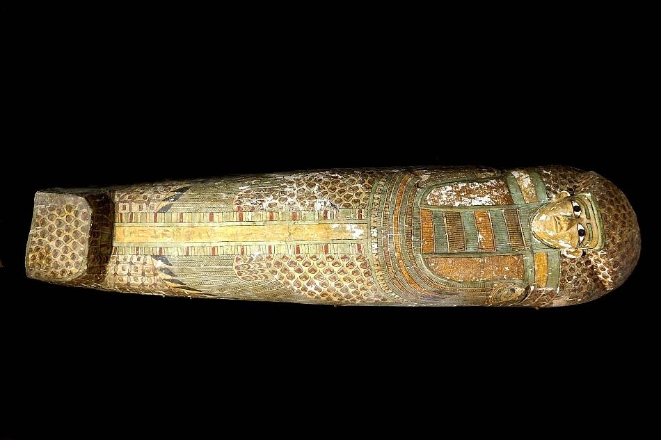 Ministrul egiptean al Antichităţilor a anunţat descoperirea în oraşul antic Luxor a unei mumii vechi de 3.600 de ani, în interiorul unui sarcofag din lemn decorat cu desene ce reprezintă pene de păsări,
