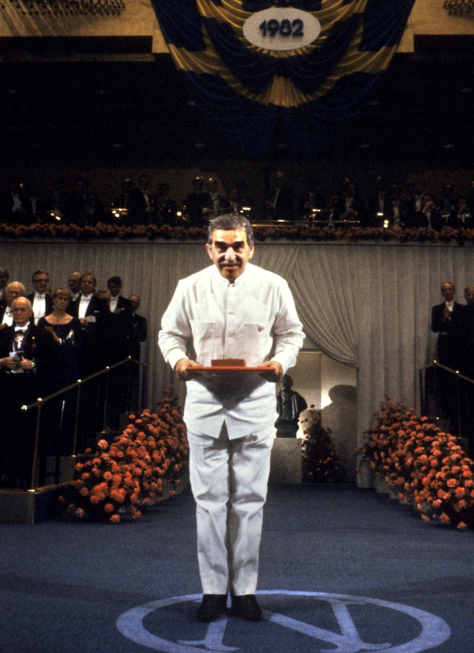 Gabriel Garcia Marquez primind premiul Nobel în 1982