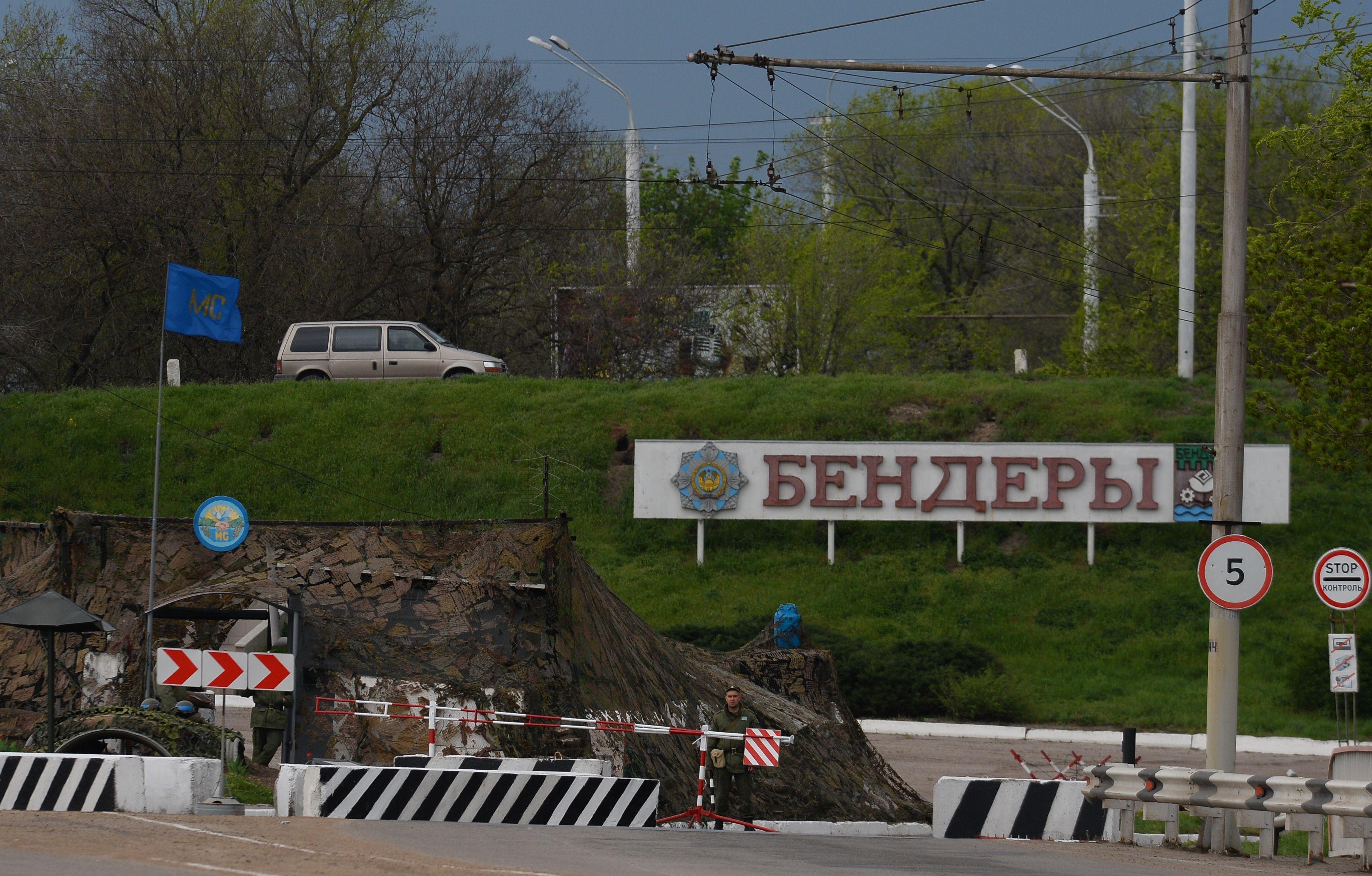 Soldaţii ruşi păzesc un punct de trecere între Tiraspol şi Tighina