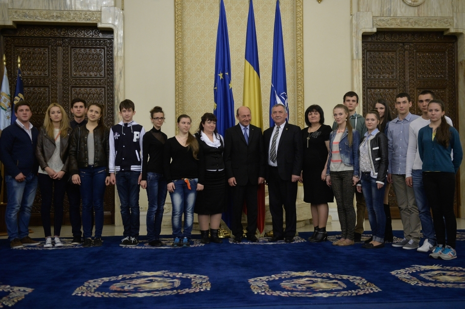Preşedintele Traian Băsescu (C) se fotografiază alături de directorul liceului