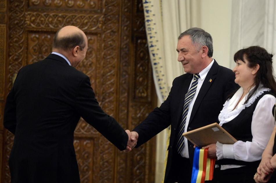 Preşedintele Traian Băsescu da mâna cu directorul liceului