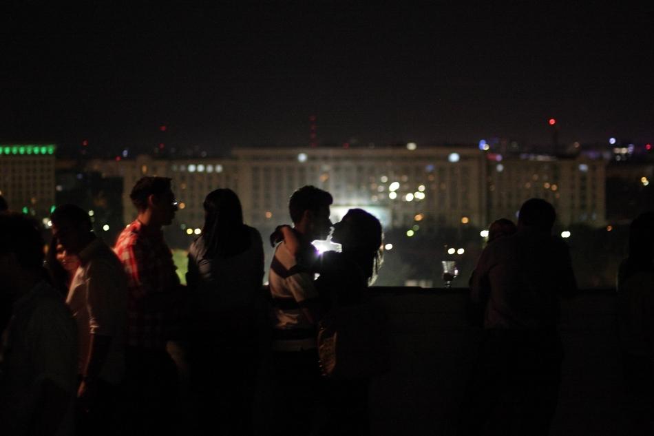 Doi tineri se îmbrăţişează, pe terasă Muzeului Naţional de Artă Contemporană din Bucureşti, în timpul evenimentului Noaptea Albă a Muzeelor, sâmbătă 18 mai 2013