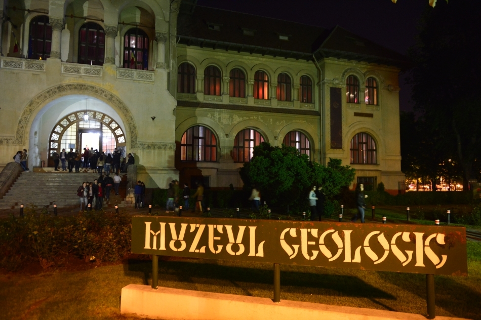 Oameni vizitează Muzeul Geologic cu ocazia evenimentului Noaptea Muzeelor, în Bucureşti, sâmbătă, 17 mai 2014. Anul acesta, în România, la Noaptea Muzeelor participa peste 150 de instituţii muzeale şi organizaţii de cultură şi educaţie din aproximativ 50 de localităţi.