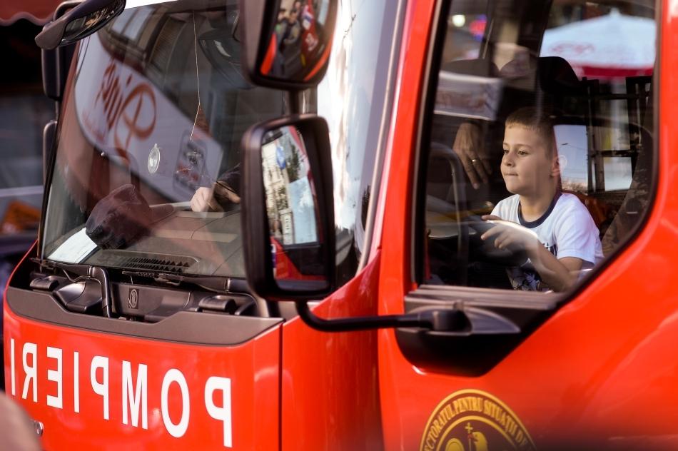 Copii vizitează o maşină de pompieri din faţă Foişorului de Foc, în cadrul Nopţii Albe a Muzeelor, în Bucureşti, sâmbătă 17 mai 2014.