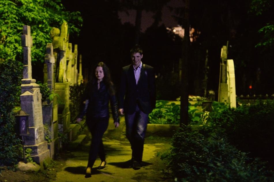 Un cuplu se plimbă pe o alee din Cimitirul Bellu, în cadrul Nopţii Albe a Muzeelor, în Bucureşti, sâmbătă, 17 mai 2014.