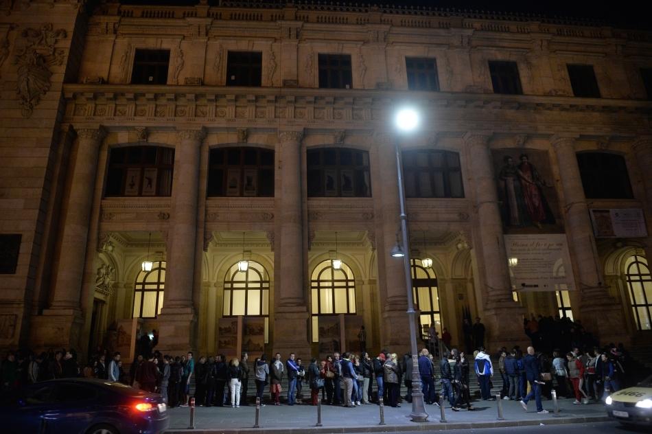 Persoane stau la rând pentru a intră la Muzeul Naţional de Istorie a României, în cadrul Nopţii Albe a Muzeelor, în Bucureşti, sâmbătă, 17 mai 2014.