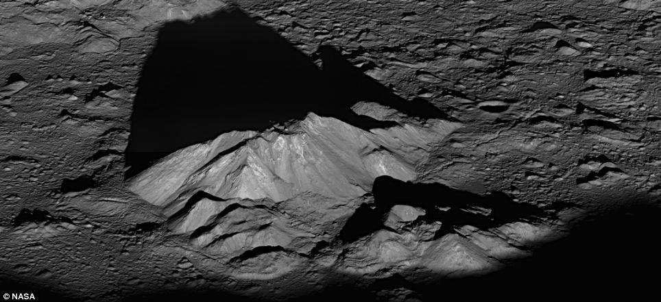 Sonda LROC a fotografiat pe 10 iunie 2011 un răsărit de soare lângă craterul Tycho, care s-a format relativ recent, în urmă cu 110 milioane de ani