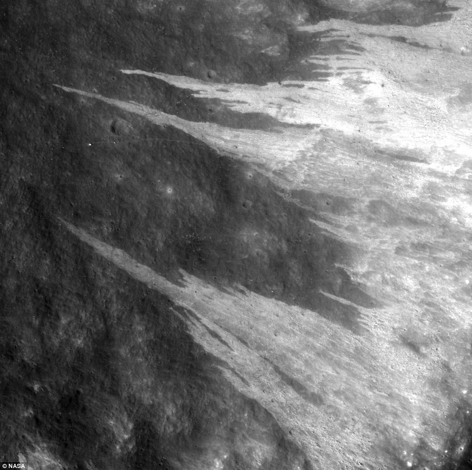 Peretele interior al craterului Clerke, care are 7 kilometri diametru