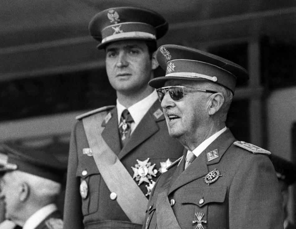În această imagine din 10 iunie 1971 pot fi observaţi prinţul Juan Carlos şi Generalul Francisco Franco