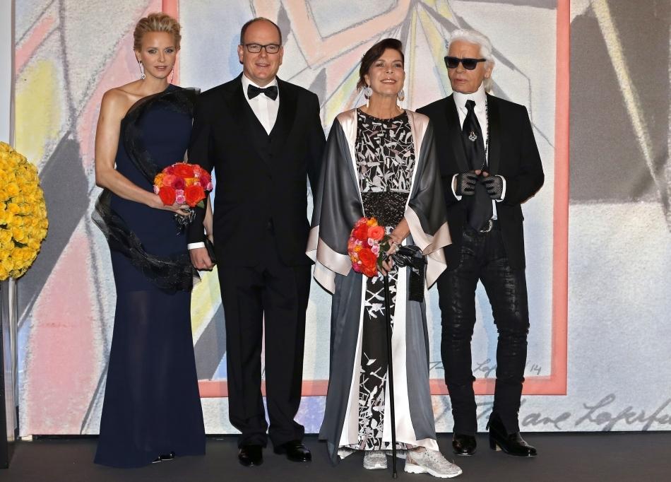 Prinţesa Charlène, Prinţul Albert al II-lea, Prinţesa Caroline şi Karl Lagerfeld