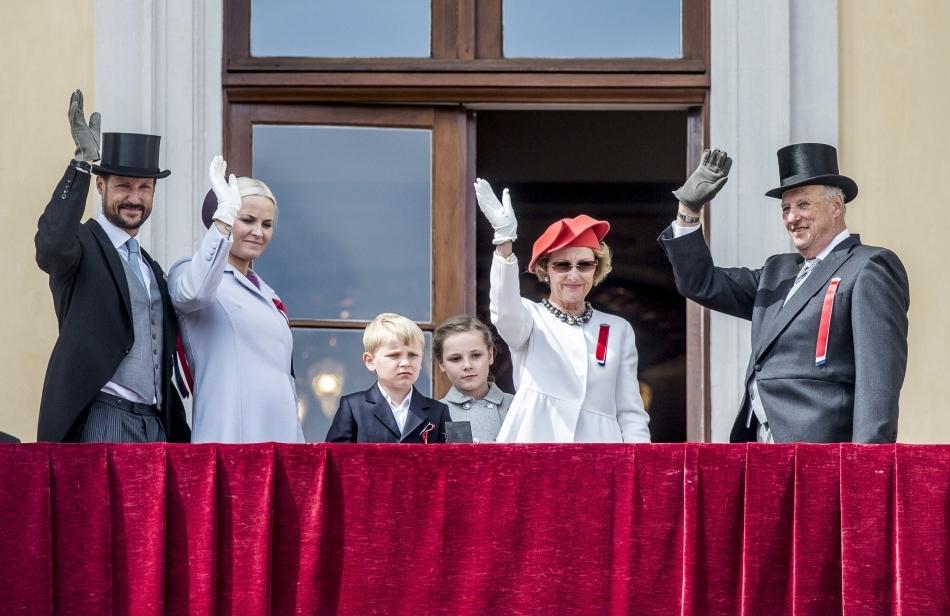 Prinţul Haakon, Prinţesa Mette-Marit, Prinţul Sverre Magnus, Prinţesa Ingrid Alexandra, Regina Sonja şi Regele Harald