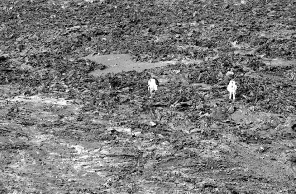 """Decembrie 1970: astronauţii urmează cursuri de pregătire în geologie, în peisajul """"selenar"""" din Hawaii."""