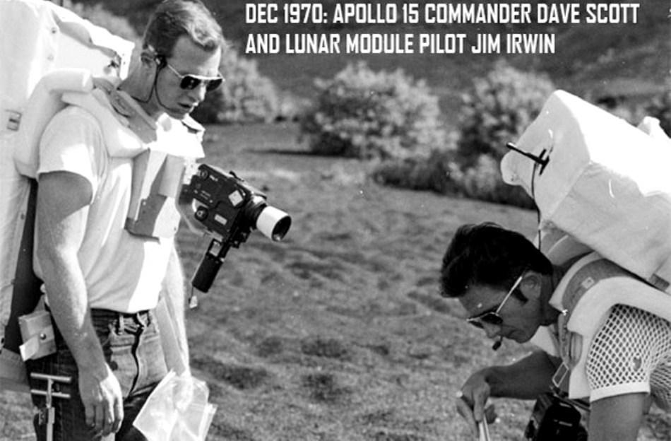 Decembrie 1970: comandantul misiunii Apollo 15, Dave Scott, şi pilotul modulului selenar, Jim Irwin, colectează mostre de sol.