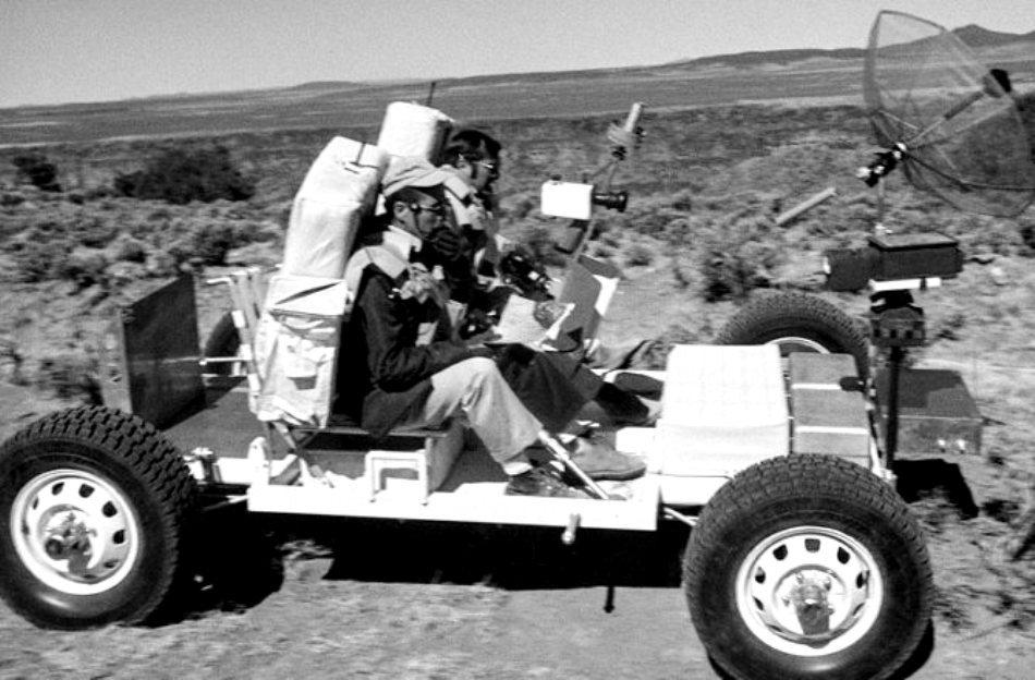 1971: astronauţii misiunii Apollo 17 exersează conducerea vehiculului selenar, numit de NASA