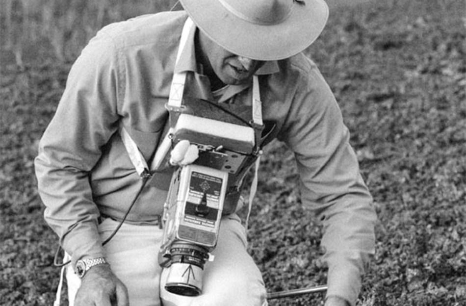 Decembrie 1969: comandantul misiunii Apollo 13, James A. Lovell, Jr., studiază solul din Hawaii. Misiunea Apollo 13, din 1970, a fost un eşec: probleme tehnice au împiedicat coborârea pe Lună, iar membrii echipajului au fost foarte aproape de a-şi pierde viaţa. Totuşi, prin ingeniozitatea şi competenţa lor, au reuşit să ajungă teferi înapoi pe Pământ.