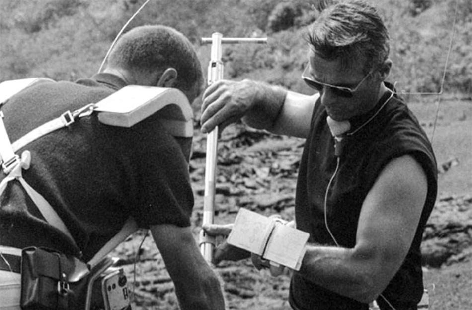 Aprilie 1970: Joe Engle şi Eugene Cernan, membri ai echipajului misiunii Apollo 17, exersează tehnici de colectare a mostrelor de sol.