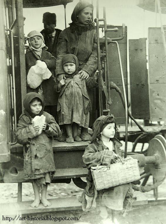 Una din nenumăratele familii de ţărani gonite de sărăcie, îşi caută norocul în Bucureşti (1929)