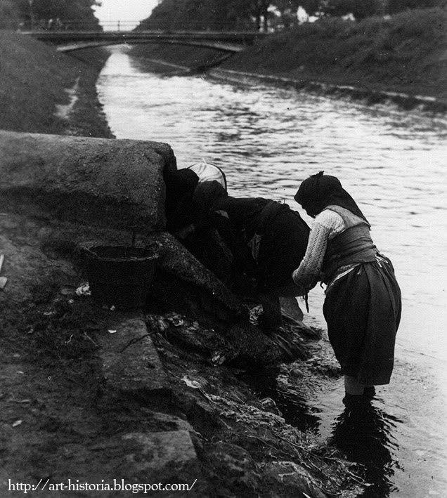 Femeile spălau rufele în apa Dâmboviţei