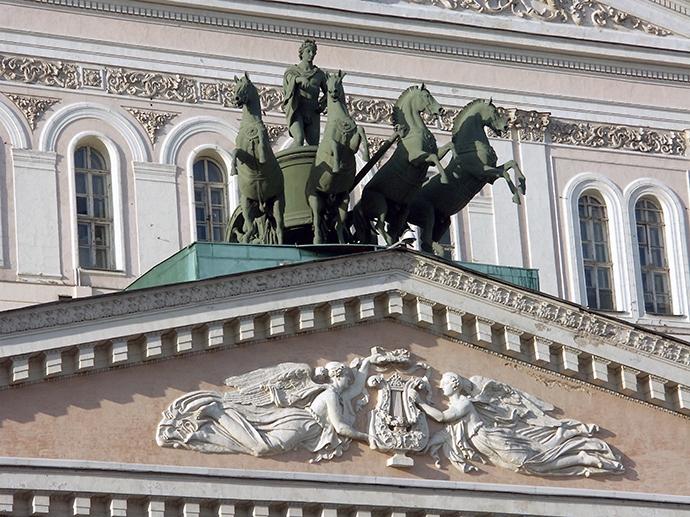 După recenta restaurare a teatrului, sexul statuii lui Apollo, opera sculptorului Piotr Clodt de la Sankt Petersburg, a fost acoperit cu o foaie de viţă-de-vie.