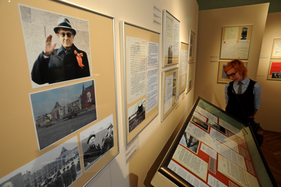 Expoziţia, deschisă până în luna august, prezintă doar documente oficiale, fără niciun comentariu, iar pereţii sunt împodobiţi cu citate ale lui Andropov în care sunt denunţate