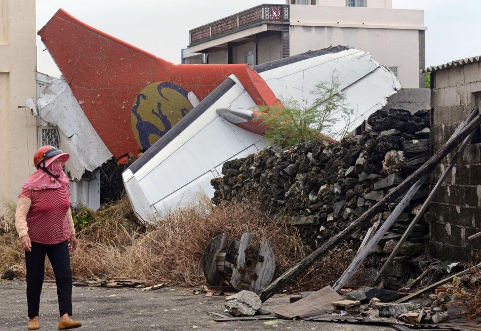 Un avion ATR 72-500 al companiei taiwaneze TransAsia Airways s-a prăbuşit pe insula Penghu, în largul coastei occidentale a Taiwanului. Patruzeci şi opt de persoane au murit în accident, iar zece au supravieţuit.