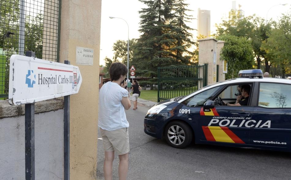 Miguel Pajares Martin, prima persoană infectată cu acest virus care a fost repatriată în Europa, va fi transportat la baza aeriană din Torrejon de Ardoz, în apropiere de Madrid, în secţia de boli infecţioase a spitalului Carlos al III-lea din Madrid.