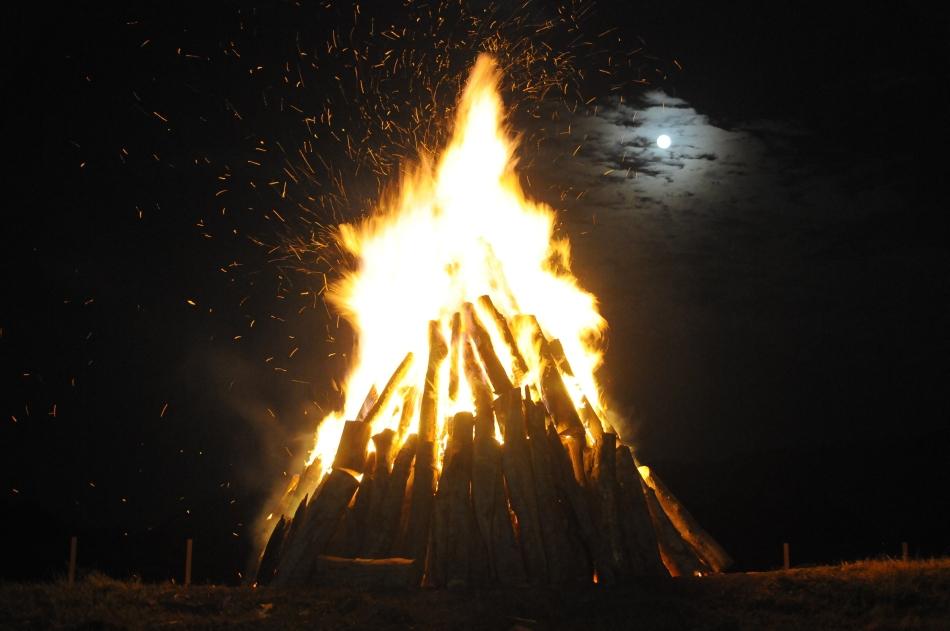 Luna plina poate fi observata in spatele unui foc de tabara, in orasul Baia de Arama, duminica, 10 august 2014.