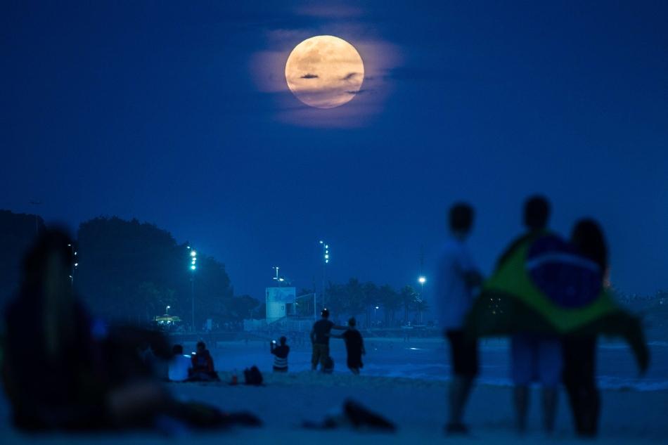 Super Luna pe plaja din Rio de Janeiro