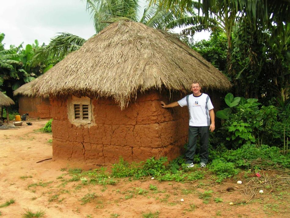 Gabriel Vitelar pozeaza langa o coliba, in Nigeria.