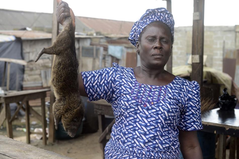 """Vivian Koshefobamu, în vârstă de 45 ani, vânzător de """"bushmeat"""" din piaţa Ajegunle-Ikorodu din Lagos"""