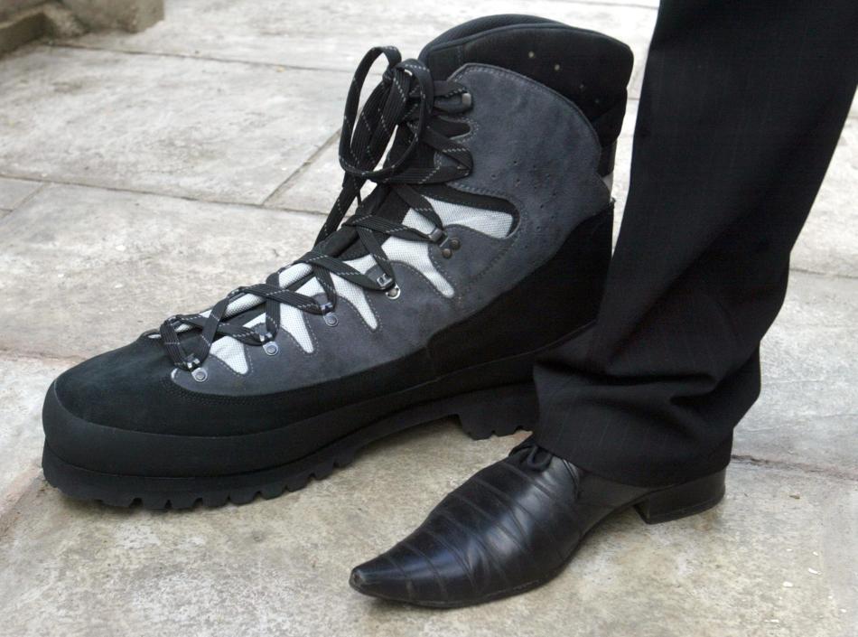 Un pantof mărimea 62 alături de un pantof mărimea 42
