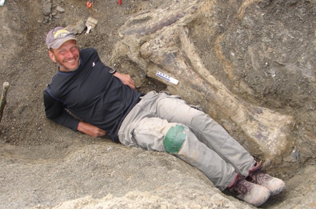 Ken Lacovara lângă tibia unui dinozaur gigant