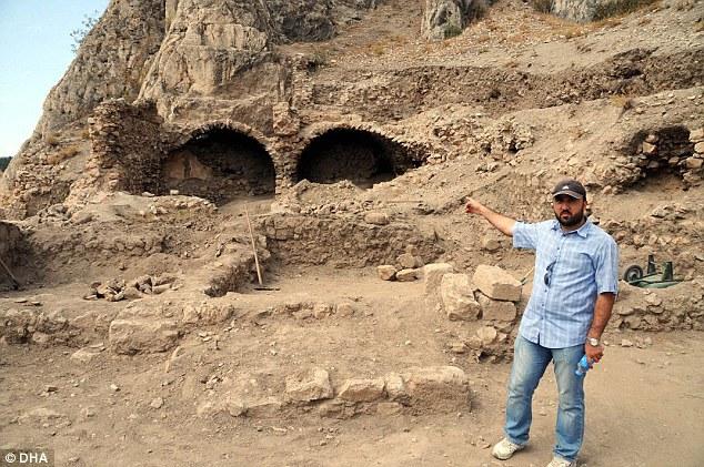 Intrarea în cele două temniţe din castelul Tokat
