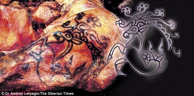 Detaliu cu tatuajele prinţesei