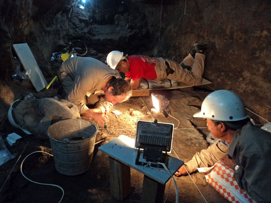 Arheologi explorând tunelul