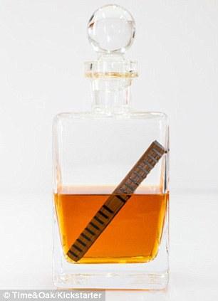Băţul trebuie să stea 24 de ore în sticla de whiskey