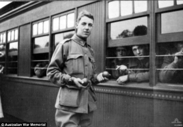 Thomas Baker în gară, înainte să plece pe front, în 1915