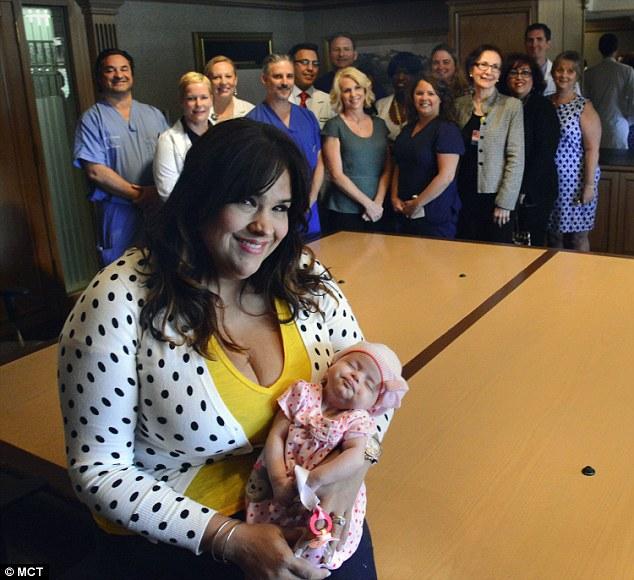 Ruby şi fetiţa ei, alături de medicii care i-au salvat viaţa