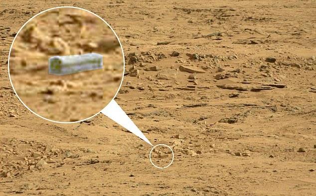 Detaliul care arată un obiect asemănător cu o cutie sau un sicriu