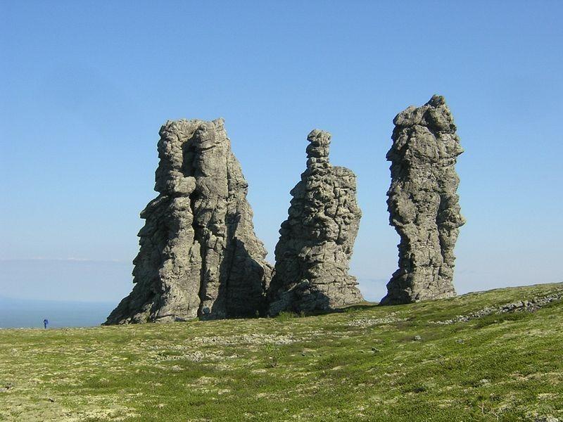 Formaţiunea Manpupuner, un set de 7 roci gigantice în formă de coloane. Este una dintre cele Şapte Minuni ale Rusiei