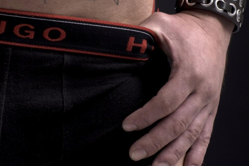 De ce stau bărbaţii cu mâinile în pantaloni? - taxe-notariale.ro