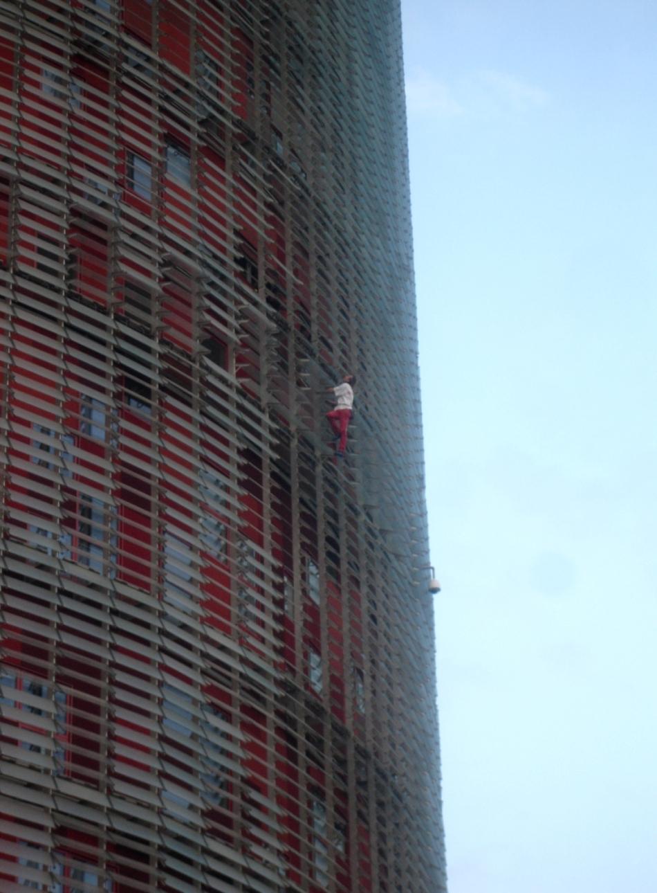 escaladarea caldirii torre agbar din barcelona