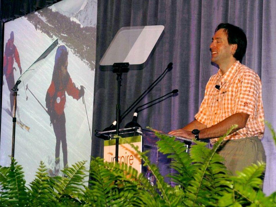 Erik în timpul unuia dintre discursurile sale motivaţionale
