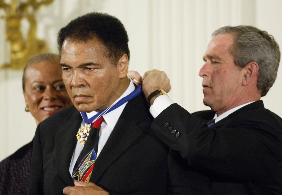 Muhammad Ali decorat de preşedintele american George Bush Jr.